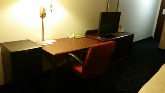 Courtyard by Marriott Topeka : Desk area in room