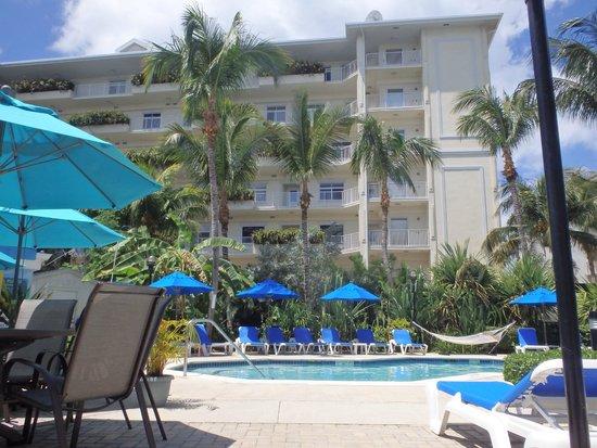 Comfort Suites Seven Mile Beach : Pool area.