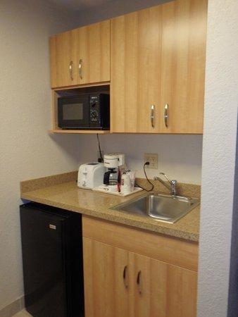 Comfort Suites Seven Mile Beach: In room kitchen.