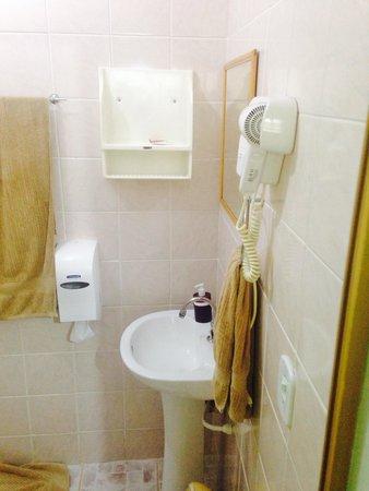 Pousada Enseada das Conchas: Banheiro com secador e box blindex