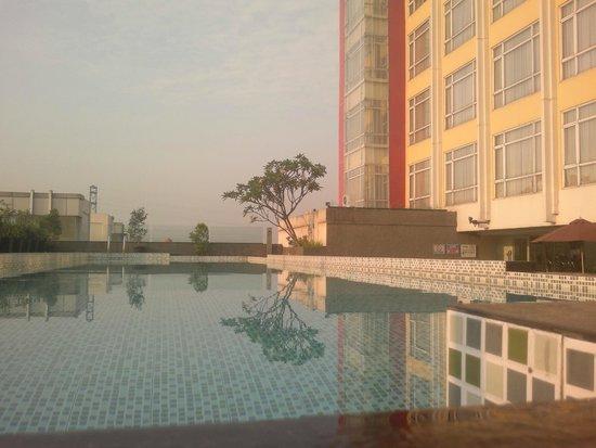 Grand Zuri Hotel Jababeka: Great Lap Pool