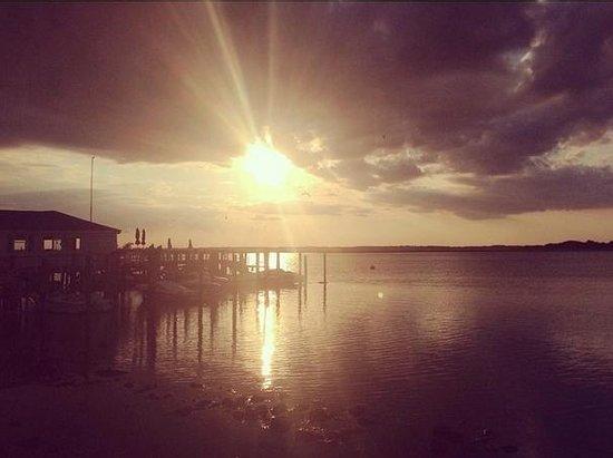 Sea Chest Motel: Sunset Lake