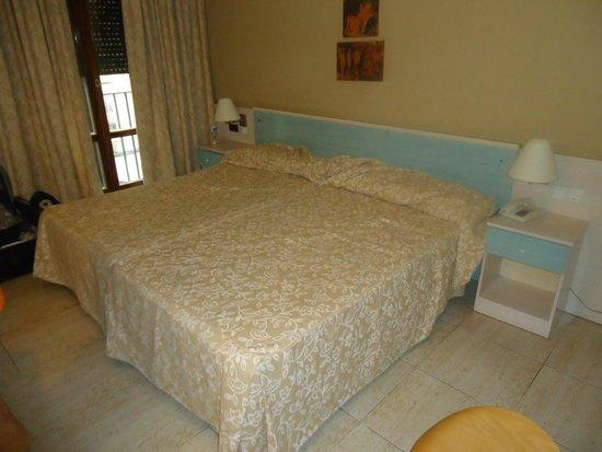 Hotel Rio Arga: Cama do quarto