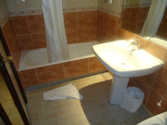Hotel Rio Arga: Banheiro do quarto