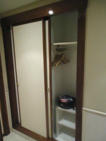Hotel Rio Arga: Pequeno armário do quarto