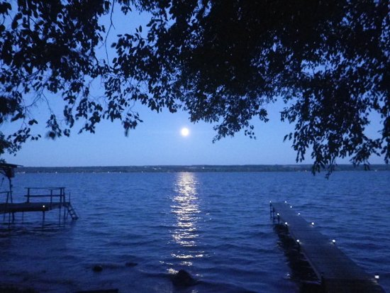 Cayuga, Нью-Йорк: A full moon at Cozy Cove Cottage
