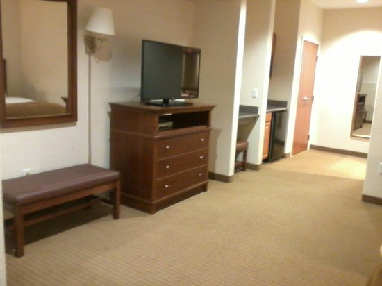 Arbor Inn and Suites: Long room - across from beds