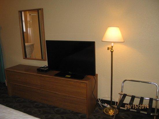 Fairbridge Inn & Suites: queen room tv