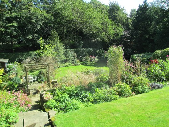 Woodlands Guest House: English country garden