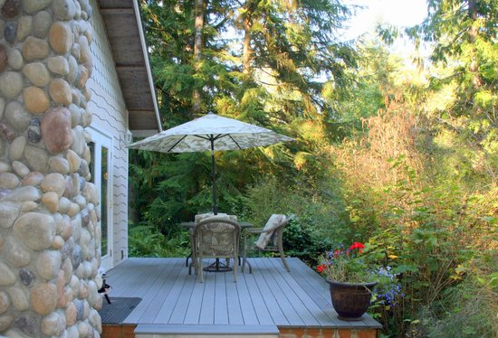 A Hidden Haven Bed and Breakfast: Peaceful deck