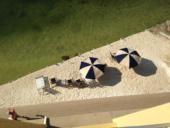 Inn on Destin Harbor: Beach area.