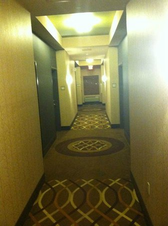 Best Western Plus Tupelo Inn & Suites: first floor hall to suites