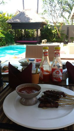 Chandra Luxury Villas Bali: Breakkie by the pool