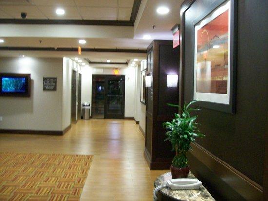 Hampton Inn Limerick-Philadelphia Area: Lobby Elevators