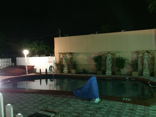Bali Hai Motel: Pool, open for guests only until 9pm