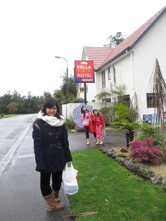 Bella Vista Motel Franz Josef Glacier: in front of Bella Vista