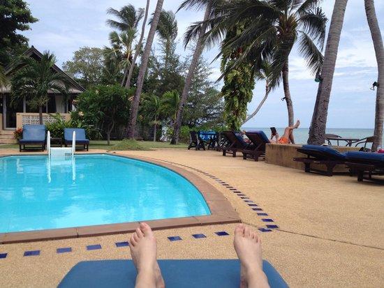 Blu' Beach Bungalows: The pool and beach at the Weekender Villa Beach Hotel
