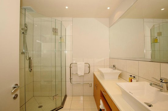 Lakeside Apartments: Master ensuite Shower-room