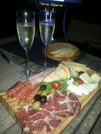 La Marina Restaurant Bar : Chease, Ham, salami and Bread Mix plate