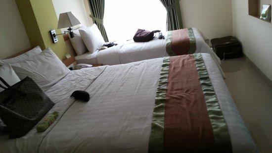 De Batara Hotel : spacious for triple sharing