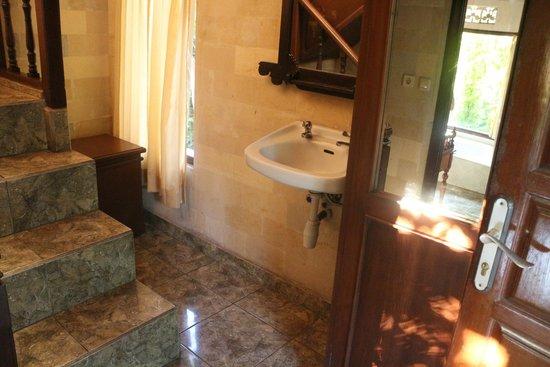 Bucu View Bungalows : Entrada bungalow con lavamanos