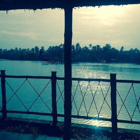 Les 3 Elephants Cherai Beach: Water front