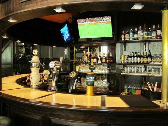 Mulligan's Irish Pub: Cold Beers on tap