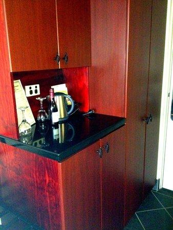 Fountainside Hotel: Tea, coffee & mini-bar