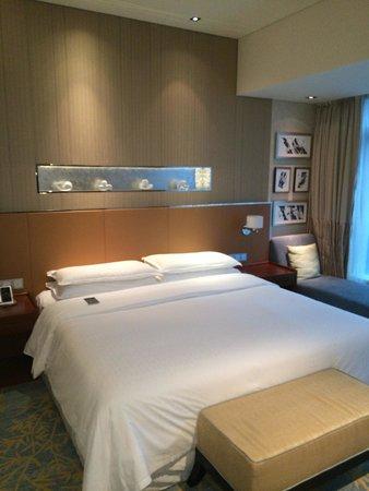Sheraton Grand Beijing Dongcheng Hotel: Grosses bequemes Bett