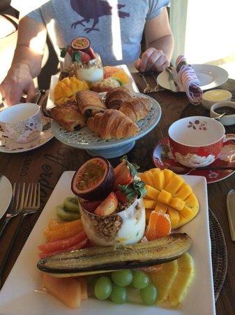 Delamore Lodge: Breakfast fruit platter and pastries