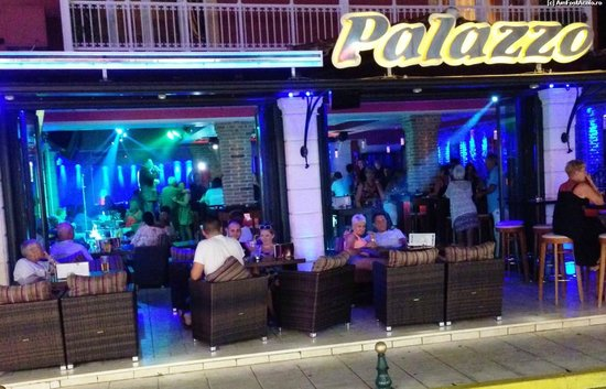 Garnavos/Paradise Apartments: Restaurant with live music.