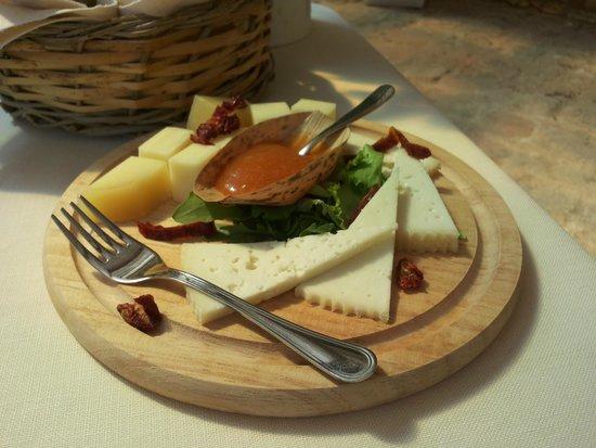 tagliere di formaggi con confetture della Tenuta Pinto