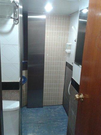 Hi Inn @Nathan Road: Compact shower and bath