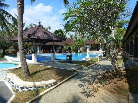 Bali Sunset Hotel: pool and restuarant