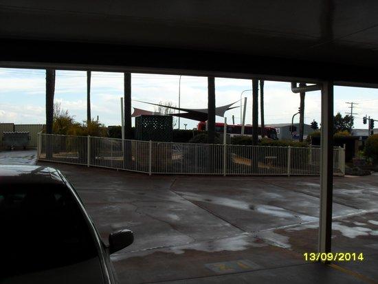 Sunray Motor Inn: View from our room door, towards Warrego Highway