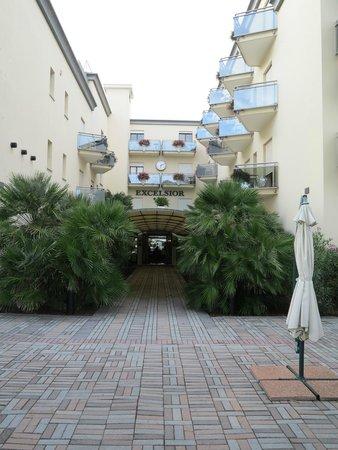 Hotel Excelsior: Удачное дизайнерское решение дорожки ,расположния открытых террас
