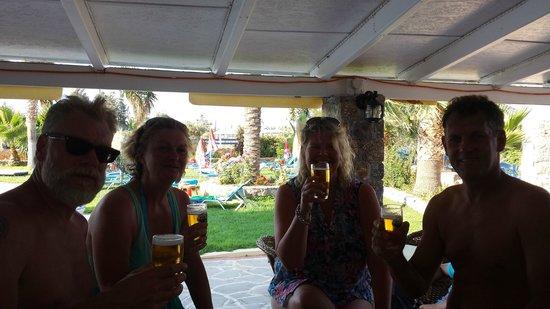 Cretan Family: Uitrusten aan de poolbar
