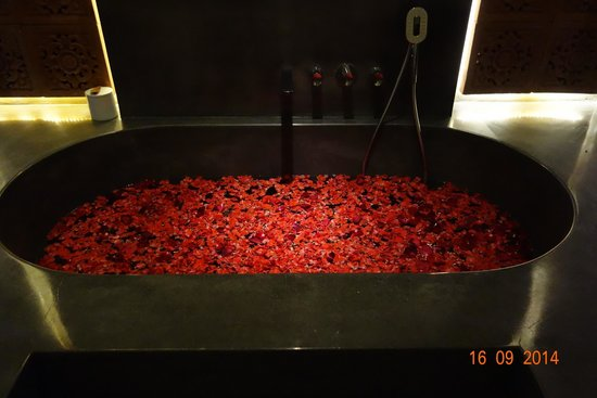 The Purist Villas and Spa: Honeymoon bath prepared as a surprise by staff (on arrival)