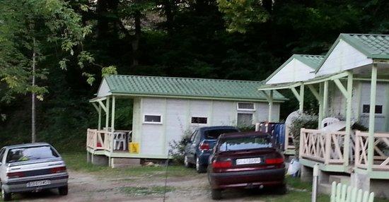 Parc de Paletes Hotel & Camping: 3 voitures fourre tout
