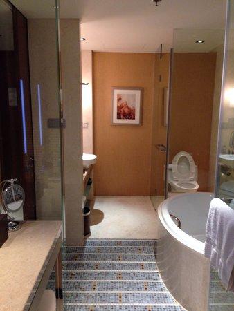 Sheraton Grand Beijing Dongcheng Hotel: Bathroom. 2 doors. But no lock.