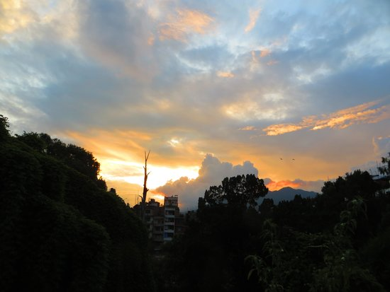 Alobar1000 Hostel: The views of sunset from the roof top