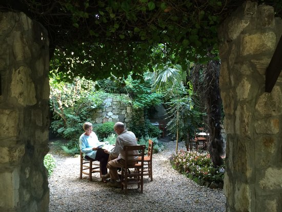 Hotel Empress Zoe : The garden, beautiful haven in the midst of it all.