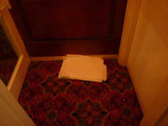 Avonmore Hotel: Cambio lenzuola pulite sul pavimento