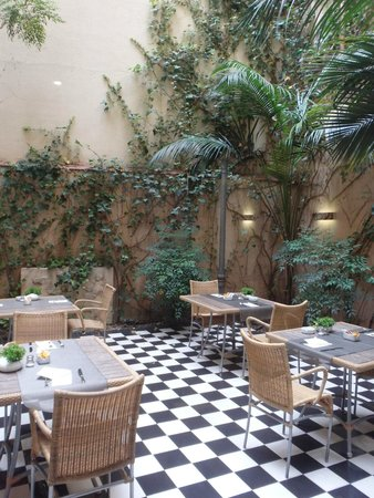 Catalonia Roma: Courtyard avaliable for your breakfast