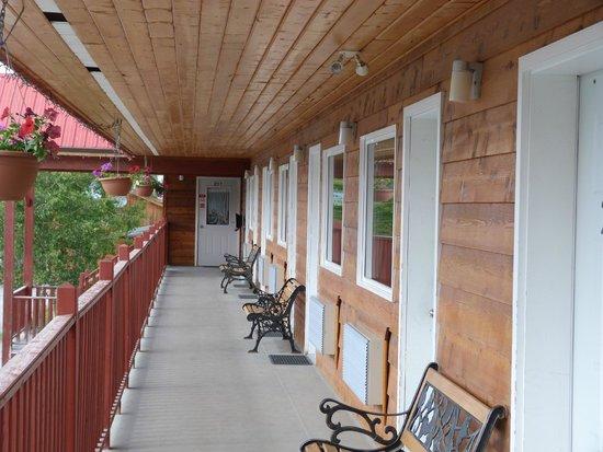 Alcan Motor Inn: Terrasse vor den Zimmern in der oberen Etage