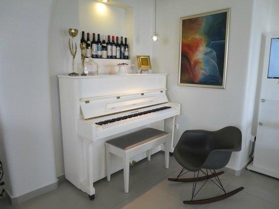Boutique Hotel Glaros: Piano in the lobby