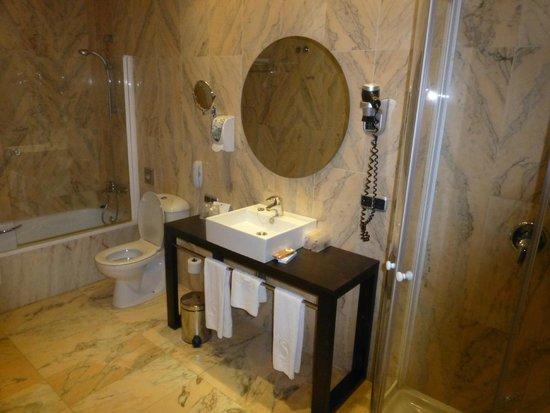 Salles Hotel Malaga Centro: Massive bathroom.