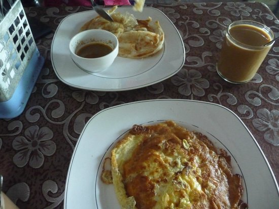 Mama's Place Restaurant : Breakfast of roti canai and onion omelette