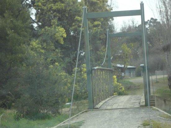 Beechworth Lake Sambell Caravan Park: Walk bridge