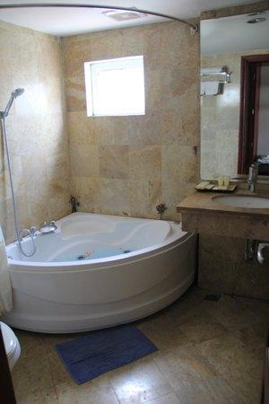 Golden Land Hotel: EL baño de nuestra habitación